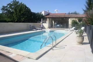Maison de plaine-pied avec piscine à partager, sur un terrain clos