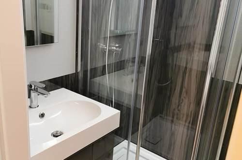 Grand lavabo et douche ©