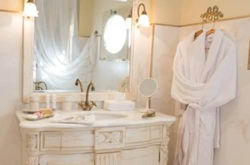 Nuit d'ange d'Uzès - chambre Uriel salle de bains © BERRET Marie-claude